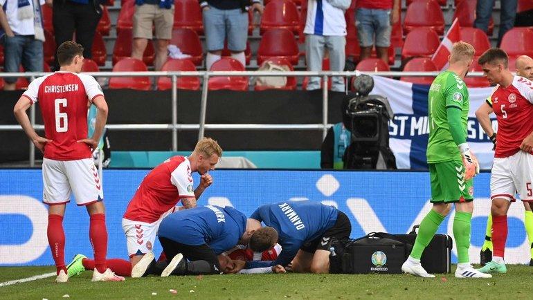 12 июня. Копенгаген. Дания — Финляндия — 0:1. Кристиану Эриксену оказывают помощь. Фото Reuters