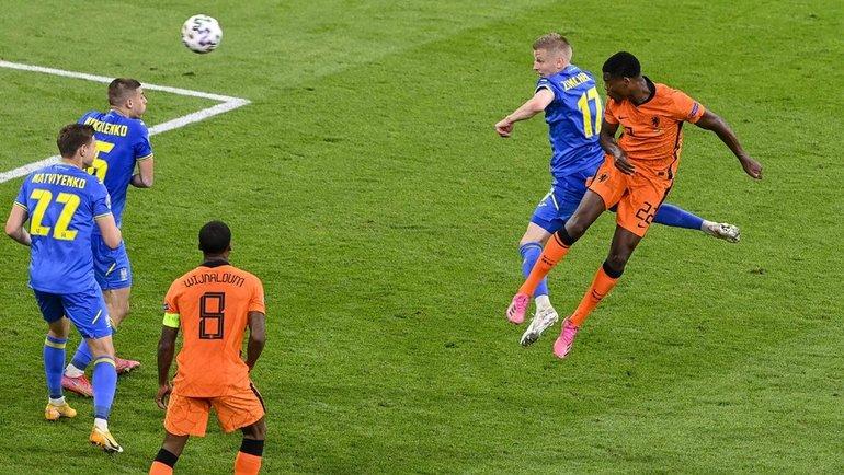 13июня. Амстердам. Голландия— Украина— 3:2. 85-я минута. Дензел Дюмфрис (справа) забивает победный гол. Фото AFP