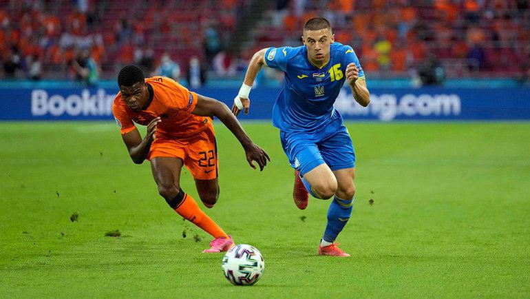 13июня. Голландия— Украина— 3:2. Дензел Дюмфрис против Виталия Миколенко. Фото AFP