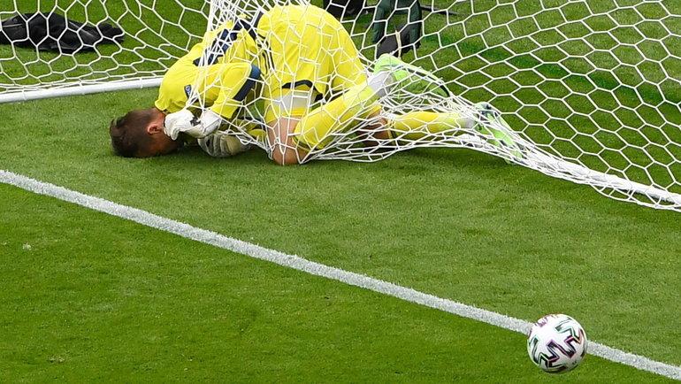14июня. Шотландия— Чехия— 0:2. Дэвид Маршалл пропускает сцентра поля.
