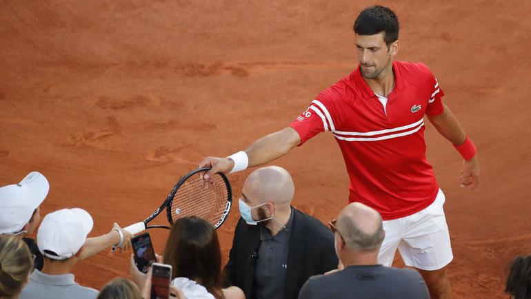 13июня. Париж. Новак Джокович дарит ракетку юному болельщику. Фото Reuters