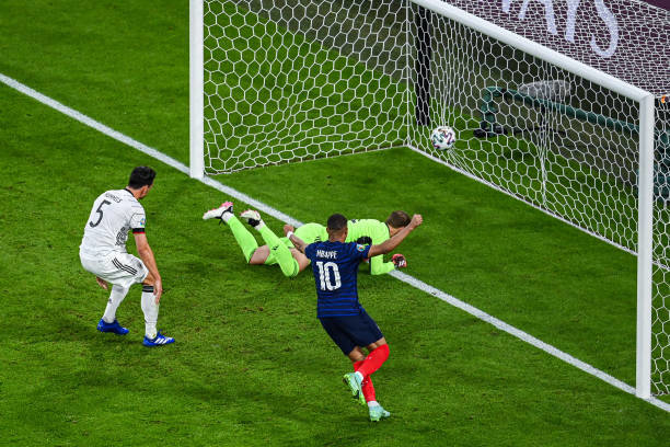 Матс Хуммельс срезал мяч всвои ворота. Фото Twitter