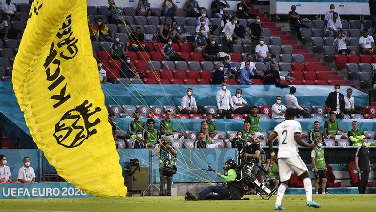 15июня. Мюнхен. Франция— Германия— 1:0. Активист Гринписа приземлился настадионе незадолго доматча иедва неврезался втрибуну.