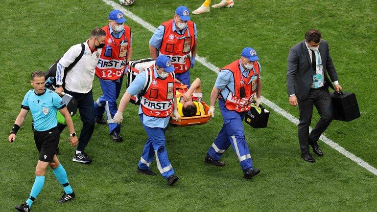 Марио Фернандес на носилках. Фото AFP