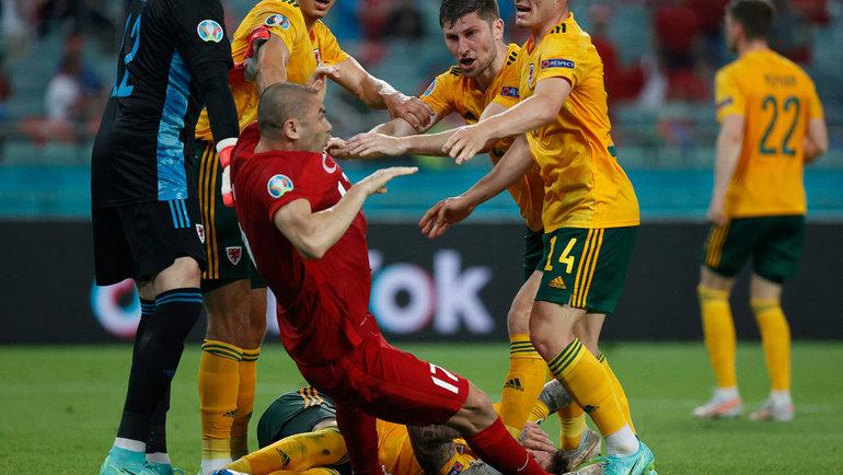 16июня. Баку. Турция— Уэльс— 0:2. Вконце матча турок Бурак Йылмаз едва неспровоцировал драку наполе.