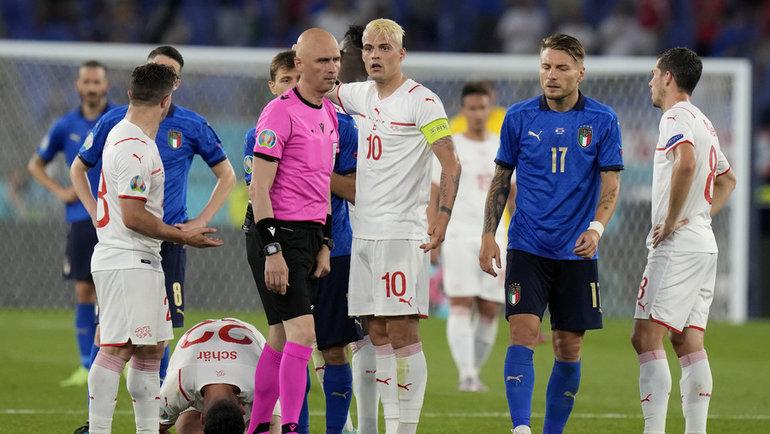 16июня. Италия— Швейцария— 3:0. Сергей Карасев вокружении игроков. Фото Reuters