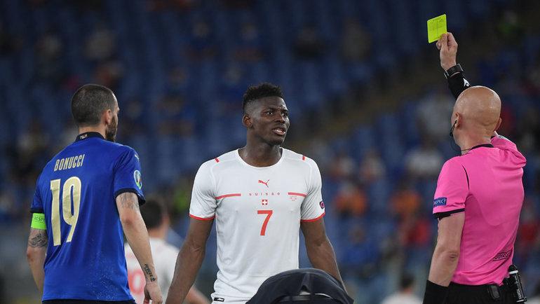 16июня. Италия— Швейцария— 3:0. Сергей Карасев показывает желтую карточку. Фото Reuters