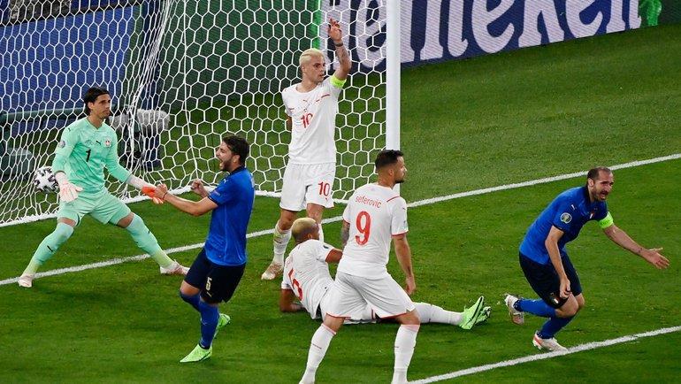 16июня. Италия— Швейцария. Джорджо Кьеллини забивает гол, который был отменен. Бригада Карасева отменила взятие ворот спомощью ВАР, зафиксировав игру рукой. Фото AFP