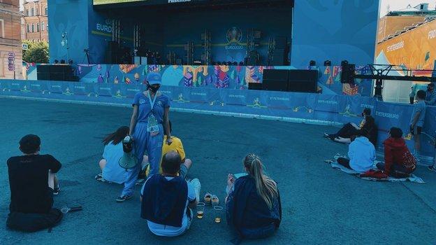"""Болельщики вфан-зоне наКонюшенной площади. Фото Севастиан Терлецкий, """"СЭ"""""""