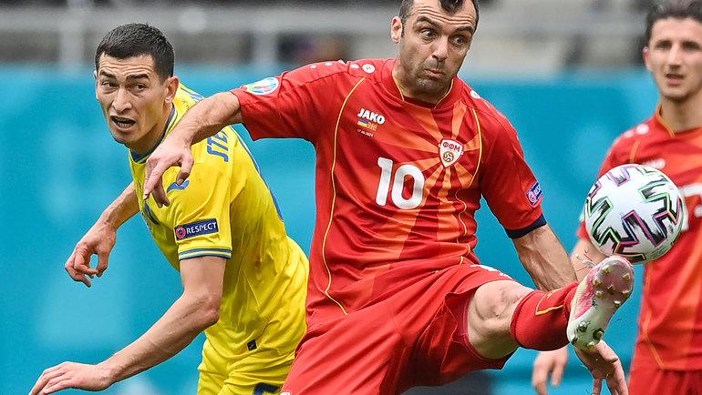 Горан Пандев (справа) против Тараса Степаненко. Фото AFP