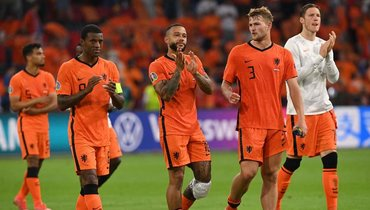 17июня. Амстердам. Нидерланды— Австрия— 2:0. Мемфис Депай (поцентру) спартнерами покоманде.