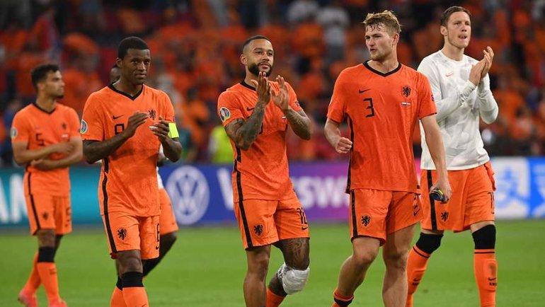 17июня. Амстердам. Нидерланды— Австрия— 2:0. Мемфис Депай (поцентру) спартнерами покоманде. Фото AFP