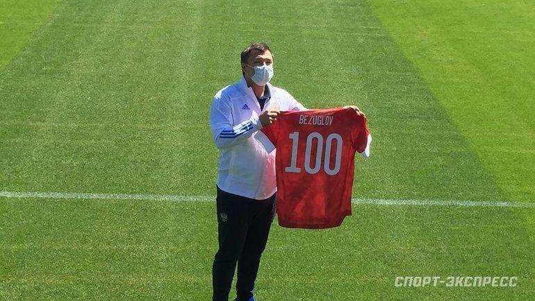 Врач сборной России Эдуард Безуглов спамятной футболкой. Фото «СЭ»
