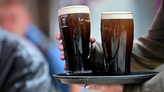 Два холодных бокала пива. Фото Getty Images