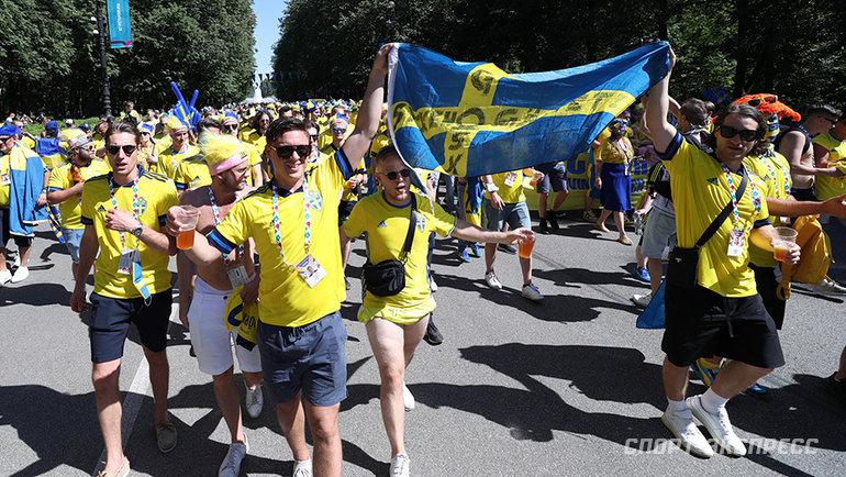 Болельщики сборной Швеции идут к стадиону. Фото Александр Федоров, «СЭ» / Canon EOS-1D X Mark II