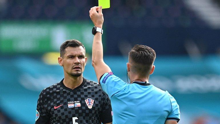 18июня. Глазго. Хорватия— Чехия— 1:1. Арбитр Карлос дель Серро Гранде показывает желтую карточку Деяну Ловрену. Фото AFP
