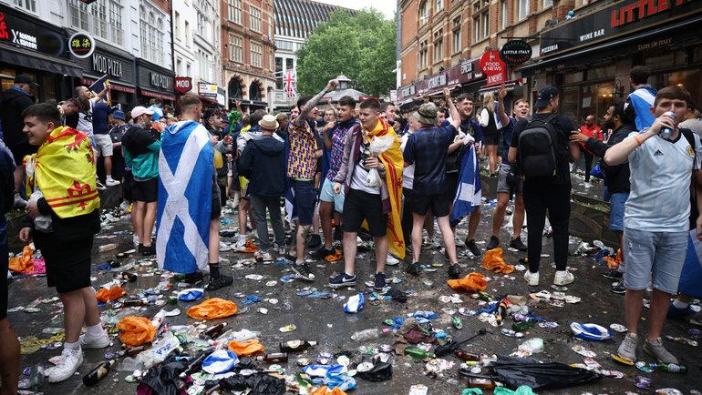 18июня. Лондон. Англия— Шотландия— 0:0. Перед игрой болелельщики превратили пешеходный Лестер-сквер вцентре горда вмусорную свалку.