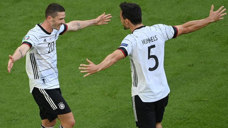 19июня. Португалия— Германия— 2:4. Робин Гозенс (слева) празднует забитый мяч. Фото AFP