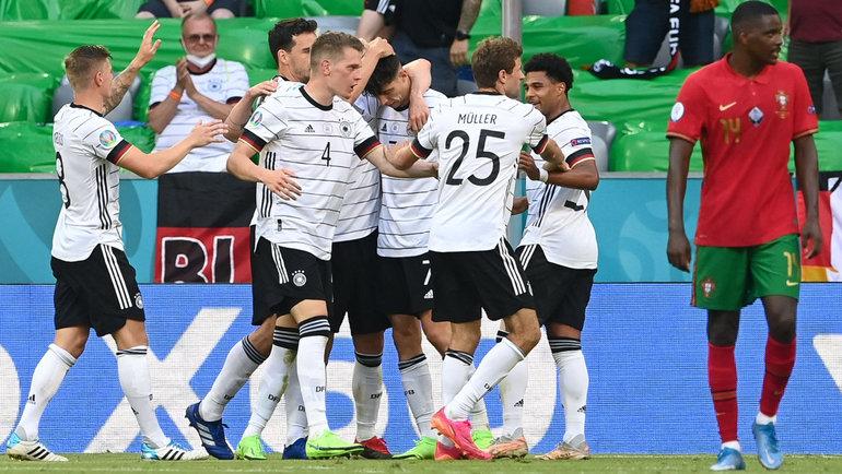 Игроки немецкой сборной празднуют забитый мяч. Фото AFP