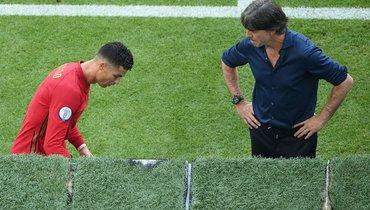 19июня. Мюнхен. Португалия— Германия— 2:4. Йоахим Лев (справа) иКриштиану Роналду.
