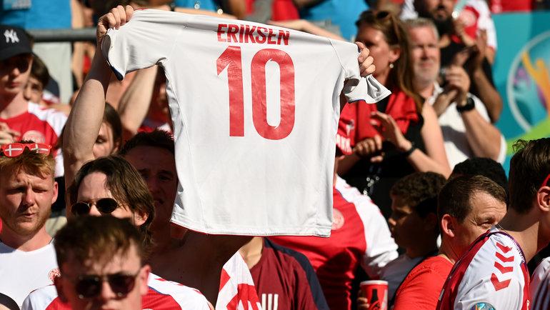 Болельщик сборной Дании с футболкой Эриксена. Фото AFP