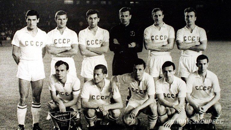 Сборная СССР перед полуфиналом Кубка Европы-1964 сДанией (3:0) 17июня 1964 года вБарселоне. Фото -
