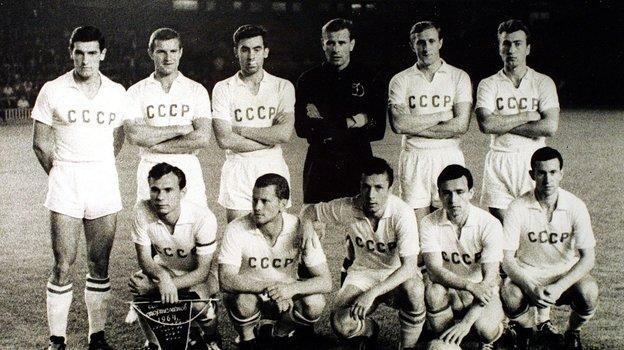 Сборная СССР перед полуфиналом Кубка Европы-64 сДанией (3:0) 17июня 1964 года вБарселоне. Фото -