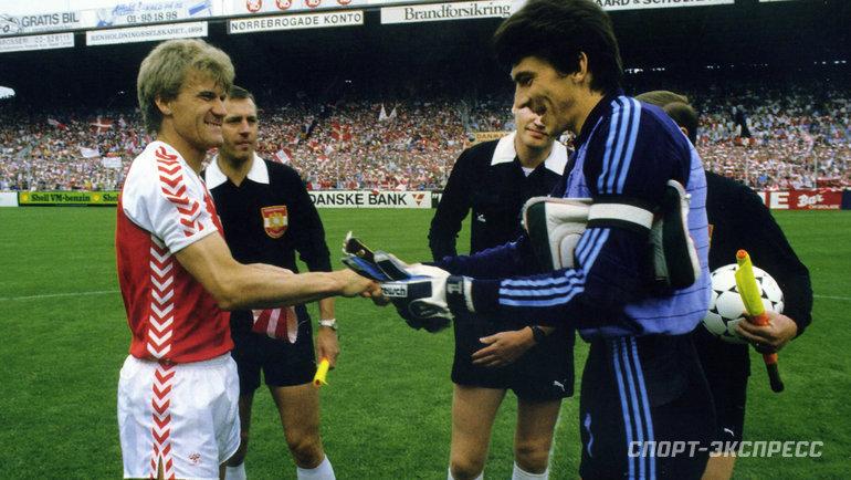 Ринат Дасаев (справа) иМортен Ольсен перед матчем отбора ЧМ-1986 Дания— СССР (4:2) вКопенгагене 5июня 1985 года. Фото -