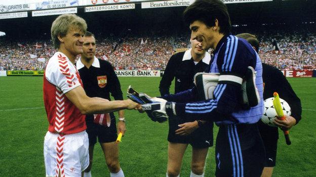 Ринат Дасаев (справа) иМортен Ольсен перед матчем отбора ЧМ-86 Дания— СССР (4:2) вКопенгагене 5июня 1985 года. Фото -