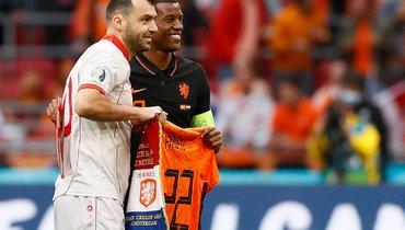 Сборная Нидерландов подарила Пандеву памятную футболку вчесть его последнего матча заМакедонию