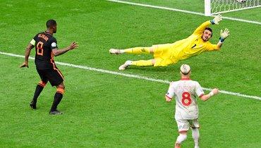 Дубль Вайналдума принес Голландии крупную победу над Македонией