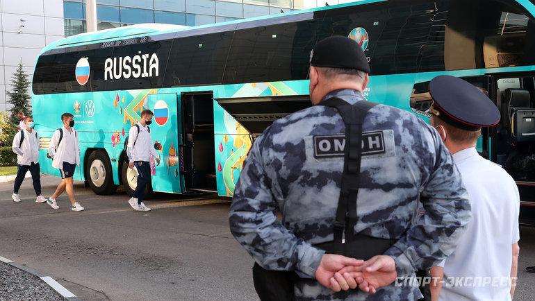 22июня. Шереметьево. Футболисты сборной России садятся вавтобус команды.
