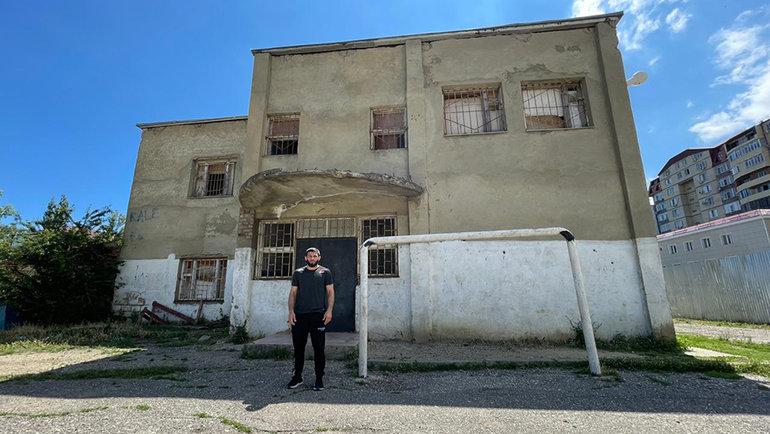 Шамиль Завуров удома, куда Абдулманап Нурмагомедов в1999 году перевез десяток мальчишек, чтобы сделать изних спортсменов.