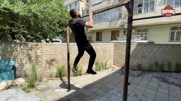 Завуров подтягивается натурнике успортзала бывшего дагестана-турецкого колледжа.