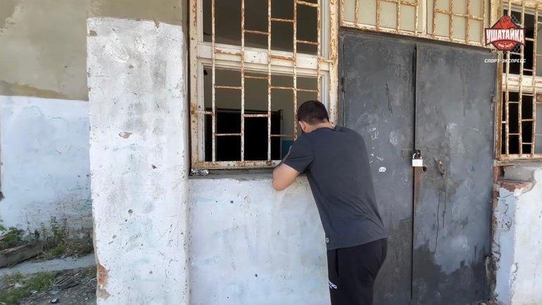 Завуров осматривает дом, вкотором прожил семь лет.