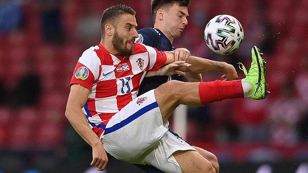 22июня. Глазго. Хорватия— Шотландия— 3:1. Вборьбе замяч автор первого гола вматче Никола Влашич.