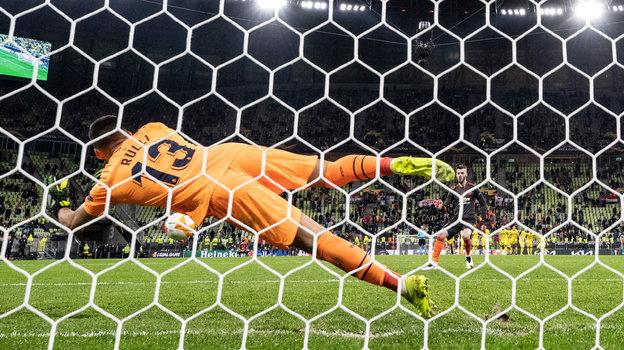 Давид Де Хеа не забивает одиннадцатый пенальти. Фото Maja Hitij, Getty Images