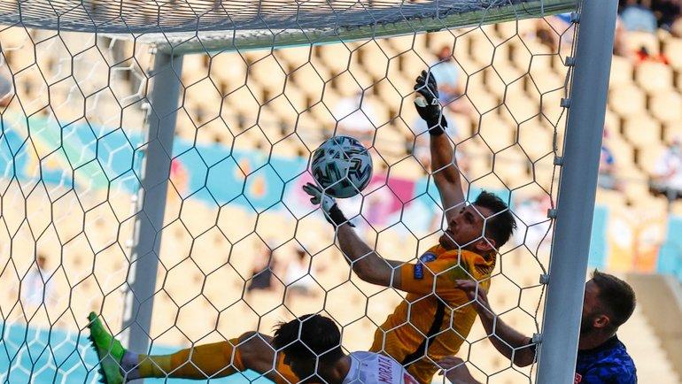 Голкипер сборной Словакии Мартина Дубравка забил мяч всвои ворота вматче против сборной Испании. Фото AFP