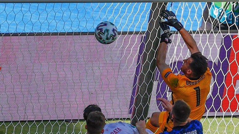 Голкипер сборной Словакии Мартин Дубравка забил мяч всвои ворота вматче против сборной Испании. Фото AFP