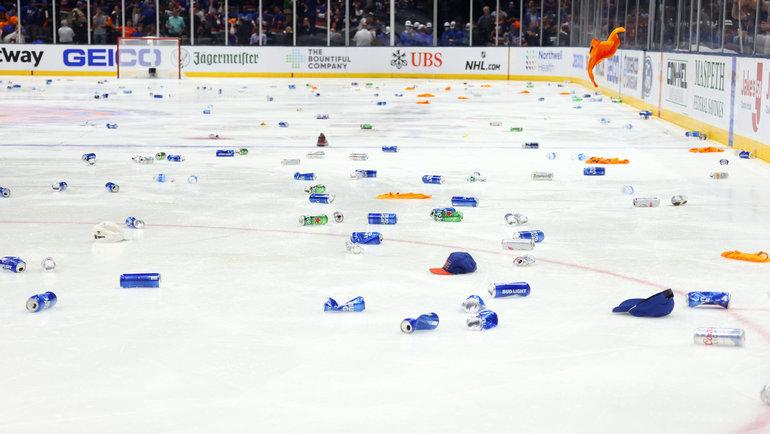 Болельщики «Айлендерс» забросали лед пивными банками после победы над «Тампой». Фото Getty Images