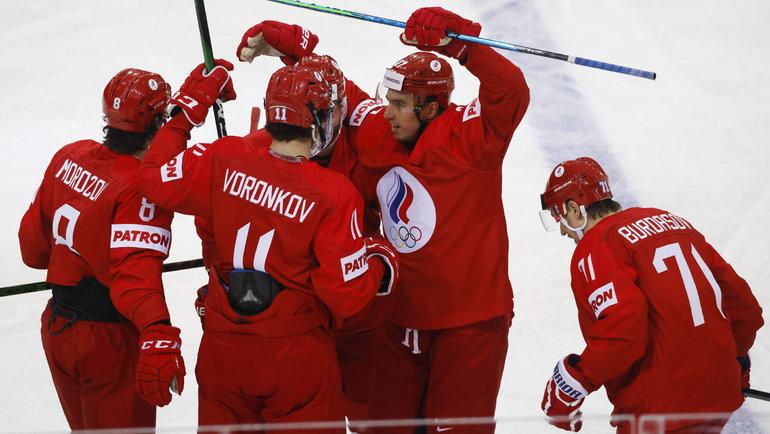 21мая. Рига. Россия— Чехия— 4:3. Антона Бурдасова поздравляют спервой шайбой наЧМ. Фото Reuters