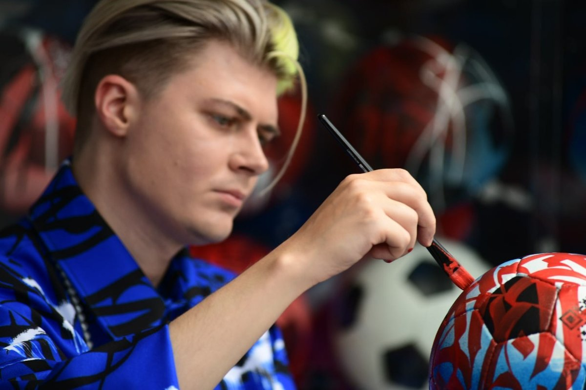 Покрас Лампас создал уникальный трофей для автора лучшего гола Евро-2020. Интервью ссамым известным каллиграфом современности
