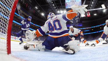 Никита Кучеров атакует ворота Семена Варламова: уфорварда «Тампы» всерии с «Айлендерс»— 0 голов и9 передач.