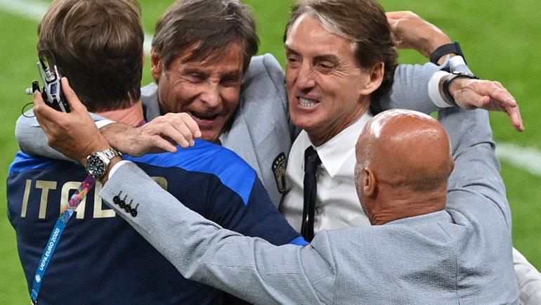 26июня. Лондон. Италия— Австрия— 2:1 д.в. Радость Роберто Манчини иего помощников после матча.