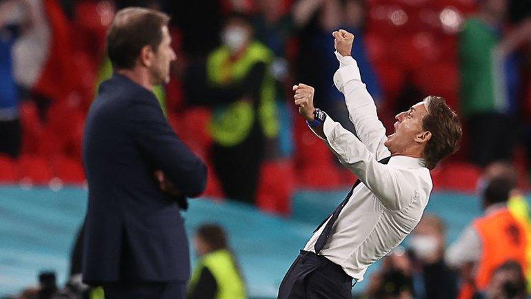 26июня. Лондон. Италия— Австрия— 2:1 д.в. Радость Роберто Манчини (справа) после финального свистка. Фото AFP