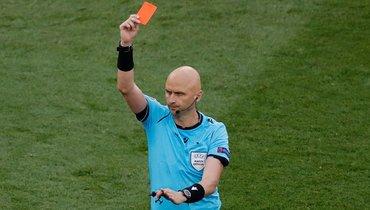 27июня. Будапешт. Нидерланды— Чехия— 0:2. Сергей Карасев показывает красную карточку... Фото AFP