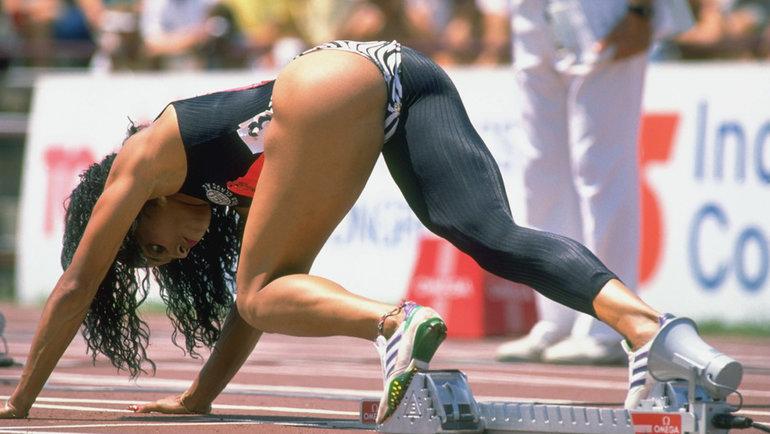 Американка Флоренс Гриффит-Джойнер выиграла наОлимпийских играх-1988 три золота иустановила рекорды мира на100 и200м (10.49 и21.34 соответственно), которые непобиты досих пор.