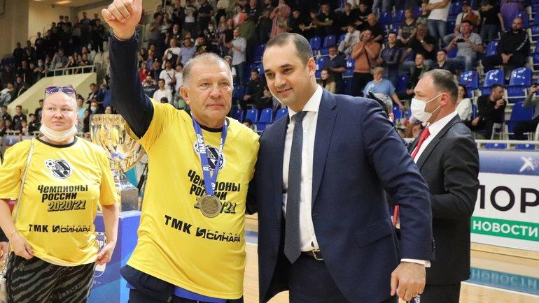Президент АМФР Эмиль Алиев (справа) поздравил президента МФК «Синара» Григория Иванова стретьим чемпионским титулом. Фото АМФР