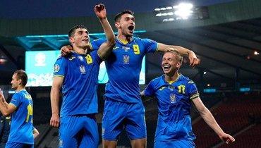 29июня. Глазго. Швеция— Украина— 1:2. Украинские футболисты празднуют выход в1/4 финала Евро.