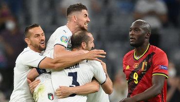 2июля. Мюнхен. Бельгия— Италия— 1:2. Футболисты сборной Италии иРомелу Лукаку.